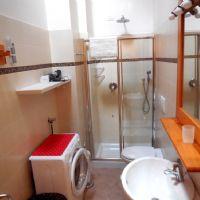 il bagno con doccia e lavatrice