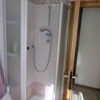 Bagno con doccia e lavatriceThe bath with shower and washing machine